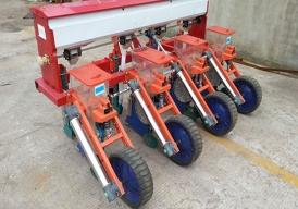 免耕施肥精量播种机型号2BJF-42BJF-6  配套动力       kW18.4~33.122.1~44.1 工作幅宽        cm160~240(可调)240~360(可调) 工作行数        行46 播种深度(可调) cm3~5 施肥深度(可调) cm6~9 行距(可调)     cm40~60 亩播种量         ㎏1.5~3 最大亩施肥量     ㎏80 允许最大作业速度    km/h8 种(肥)箱容积(升)35(84)52(132) 生产率